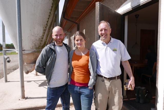 Journalisterna Henrik Jansson och Kristin Mörck tillsammans med Jan Wretemark som föder upp smågrisar på Vallby rusthåll utanför Vreta kluster.[